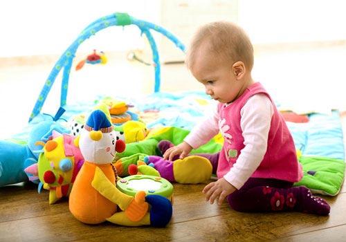 Первые игрушки для ребенка от 0 до 6 месяцев