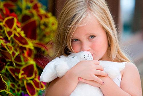 Как бороться с застенчивостью ребёнка и нужно ли это делать?