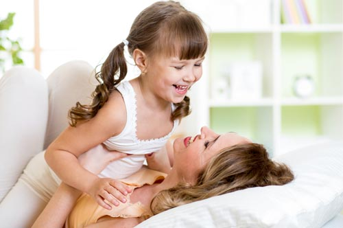 Как развлечь ребенка, не вставая с постели