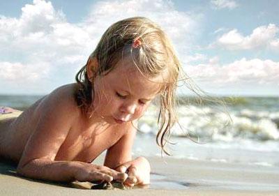 Правила купания ребенка в речке или на море