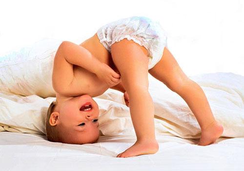Девочки, было ли у кого такое: сынок во сне поднимает ножки вверх, как бы подтягивая их к животу, а потом резко выбрасывает вниз.