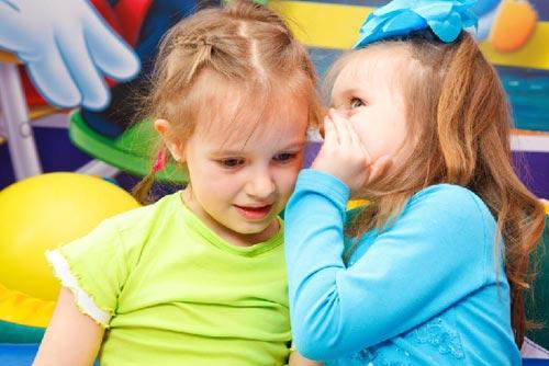 ребенок боится знакомиться с другими детьми